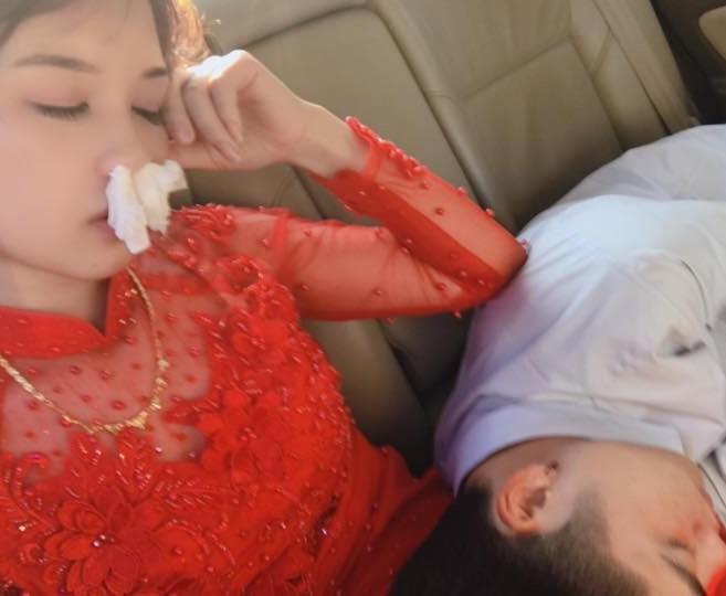 Cô dâu xinh đẹp và tình cảnh trớ trêu trên xe hoa khiến nhiều cô gái giật mình - Hình 2