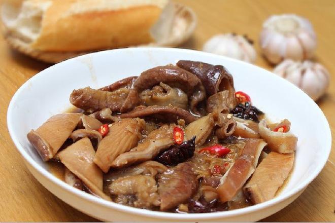Đừng bảo mình sành ăn nếu không biết mấy món giòn giòn, sật sật từ tai heo ở Sài Gòn này - Hình 1