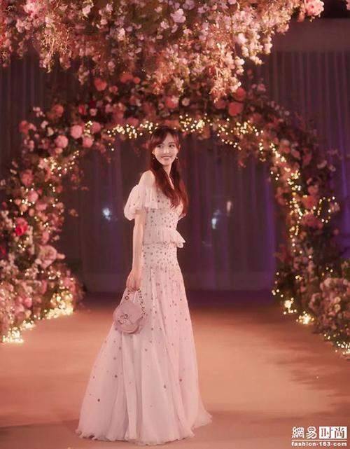 Ý nghĩa đặc biệt trên chiếc váy cưới mất gần 7 tháng để hoàn thành của Đường Yên - Hình 7