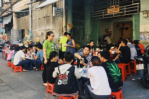 Quán bánh canh cua trước cổng chung cư 132 năm tuổi ở Sài Gòn - Hình 1