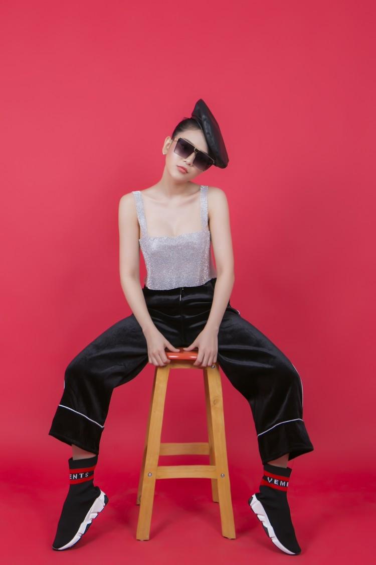 Diện crop-top rẻ bèo, Ngọc Ny The Voice khoe triệt để vòng eo con kiến 55 cm - Hình 4