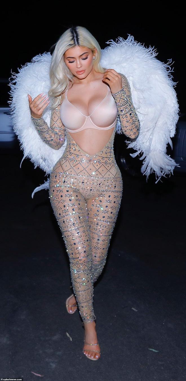 Kylie Jenner cosplay thành thiên thần đẹp nhất của VS: Sắc vóc nữ thần và 118 triệu follower, bên nào đáng giá hơn? - Hình 2