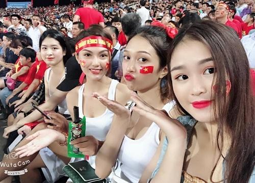 Lý do các hot girl đến sân vận động - Hình 1