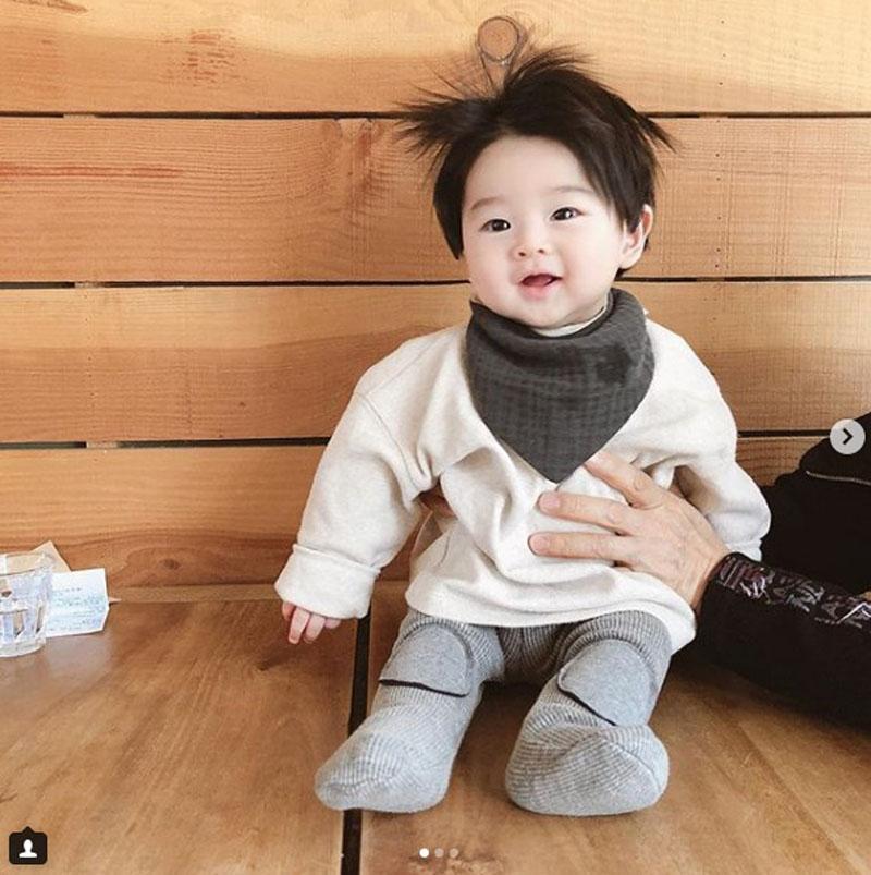 Cậu bé Hàn Quốc đốn tim dân mạng vì mái tóc chôm chôm quá đáng yêu - Hình 17