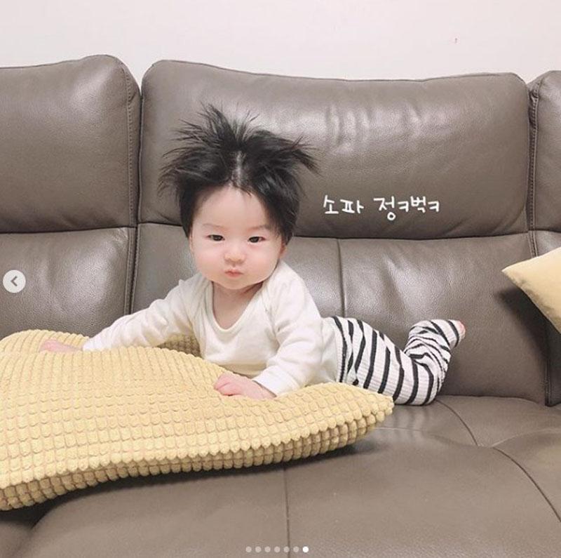 Cậu bé Hàn Quốc đốn tim dân mạng vì mái tóc chôm chôm quá đáng yêu - Hình 20