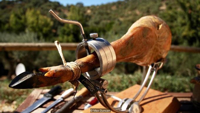 Chiếc đùi lợn muối đắt nhất thế giới mất 7 năm chế biến - Hình 8