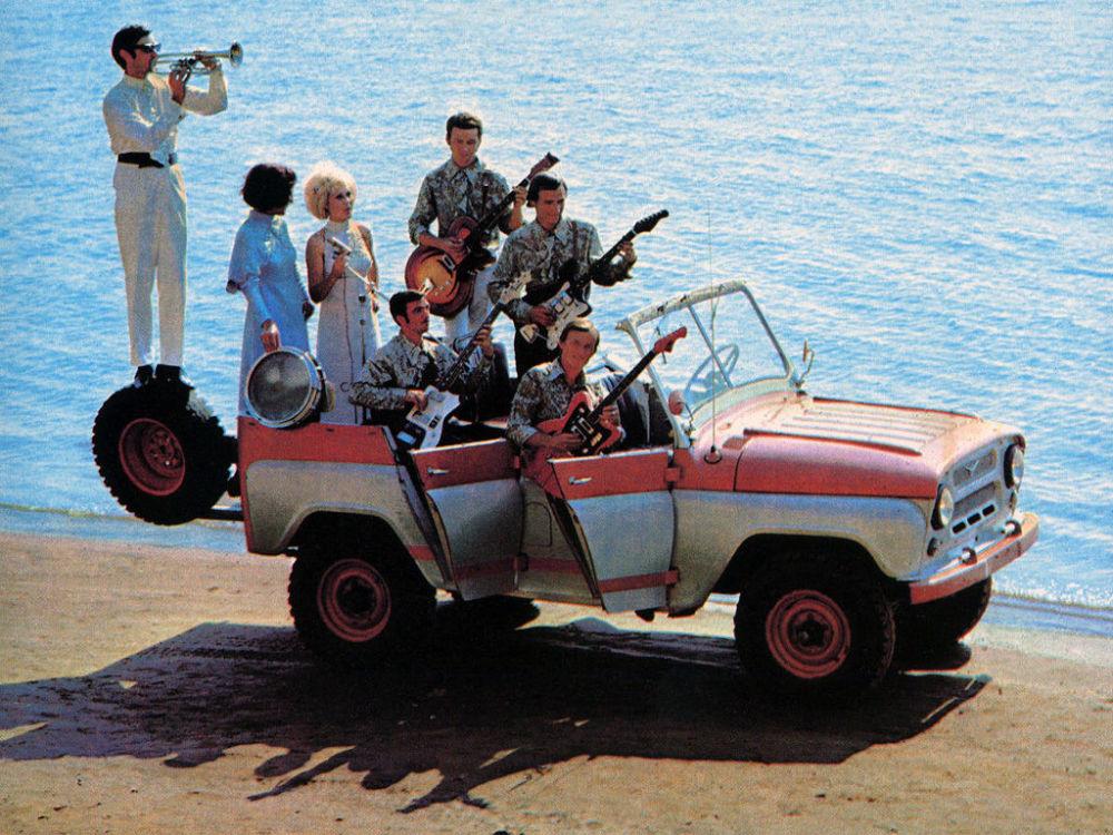 Ngỡ ngàng bộ ảnh quảng cáo ô tô gợi cảm thời Liên Xô - Hình 4