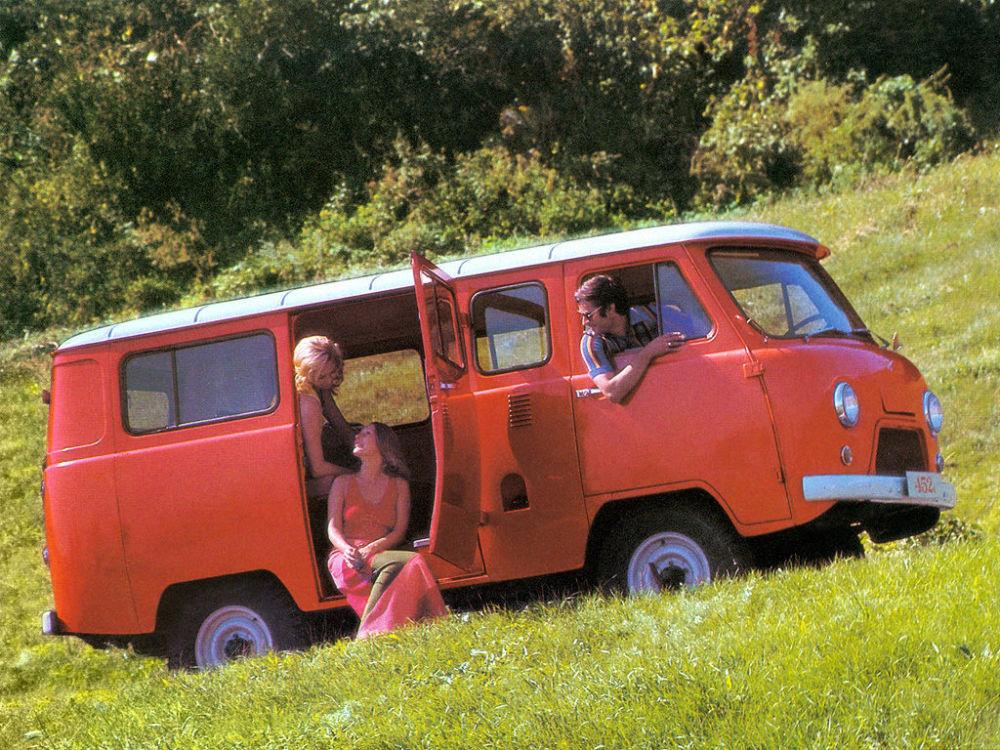 Ngỡ ngàng bộ ảnh quảng cáo ô tô gợi cảm thời Liên Xô - Hình 2