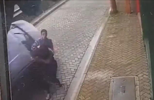 Ô tô đâm đến cực nhanh, người đàn ông cứu bạn gái trong chớp mắt - Hình 2