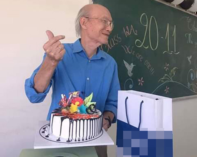 Thầy giáo 74 tuổi vẫn dùng ngón tay bắn tim cực điệu nghệ - Hình 1