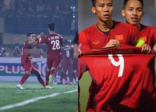 AFF Cup 2018: Xuyên thủng lưới Campuchia, các đồng đội tuyển Việt Nam ngay lập tức có hành động xúc động gửi đến Văn Toàn - Hình 6