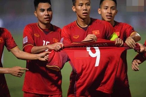 AFF Cup 2018: Xuyên thủng lưới Campuchia, các đồng đội tuyển Việt Nam ngay lập tức có hành động xúc động gửi đến Văn Toàn - Hình 2