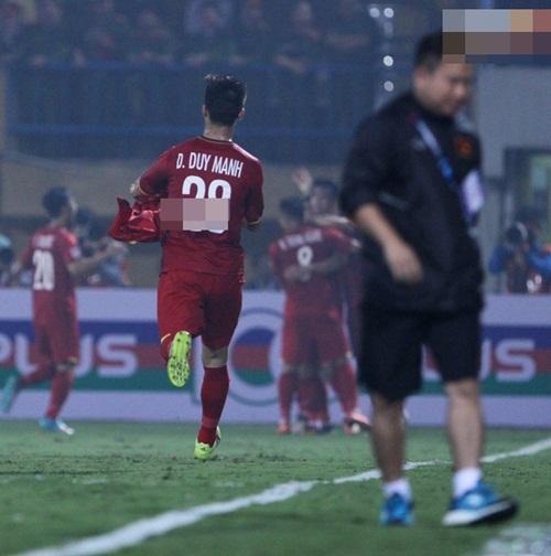 AFF Cup 2018: Xuyên thủng lưới Campuchia, các đồng đội tuyển Việt Nam ngay lập tức có hành động xúc động gửi đến Văn Toàn - Hình 3