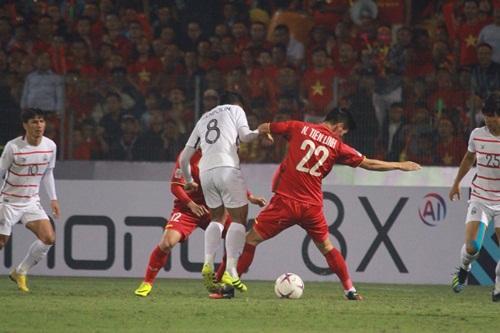 Bị các cầu thủ Campuchia liên tục phạm lỗi, Quang Hải vẫn cư xử cực fair-play khiến NHM tự hào - Hình 2