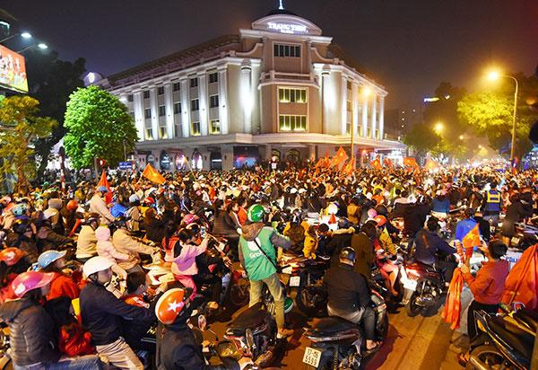 CĐV liên tục ăn mừng trước những chiến thắng của ĐT Việt Nam trong những lần thi đấu tại vòng bảng AFF cup 2018 - Hình 2