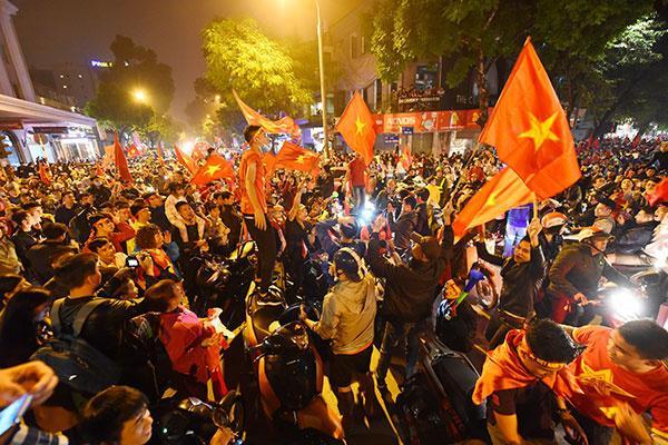 CĐV liên tục ăn mừng trước những chiến thắng của ĐT Việt Nam trong những lần thi đấu tại vòng bảng AFF cup 2018 - Hình 3