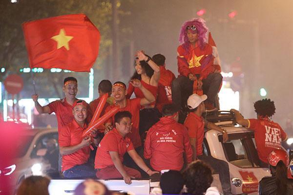 CĐV liên tục ăn mừng trước những chiến thắng của ĐT Việt Nam trong những lần thi đấu tại vòng bảng AFF cup 2018 - Hình 1