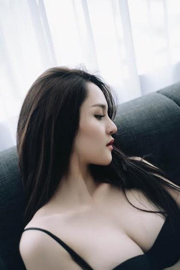 Những nàng hậu có bộ ngực đẹp nhất nhì Showbiz Việt - Hình 2