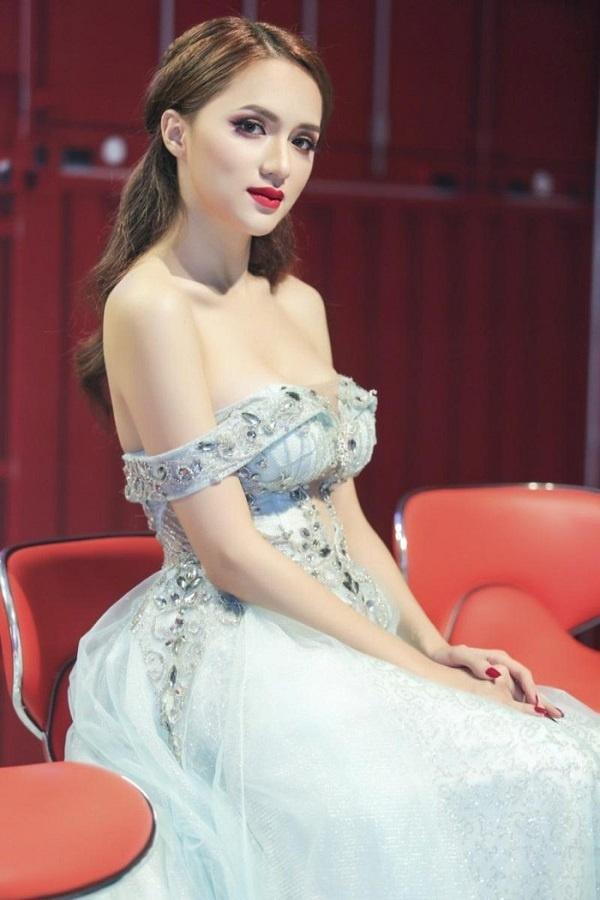 Những nàng hậu có bộ ngực đẹp nhất nhì Showbiz Việt - Hình 10