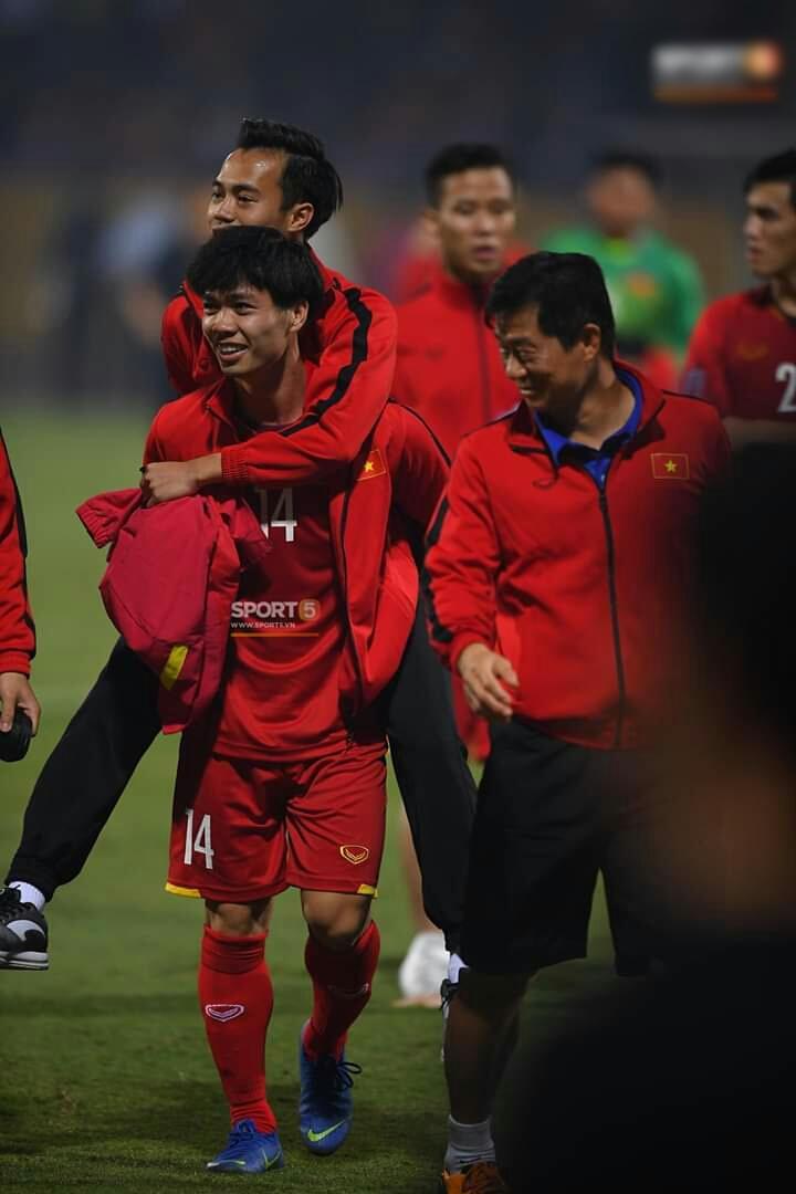 Sau tất cả, đây mới là những hình ảnh đẹp nhất của trận Việt Nam - Campuchia trên sân Hàng Đẫy - Hình 10