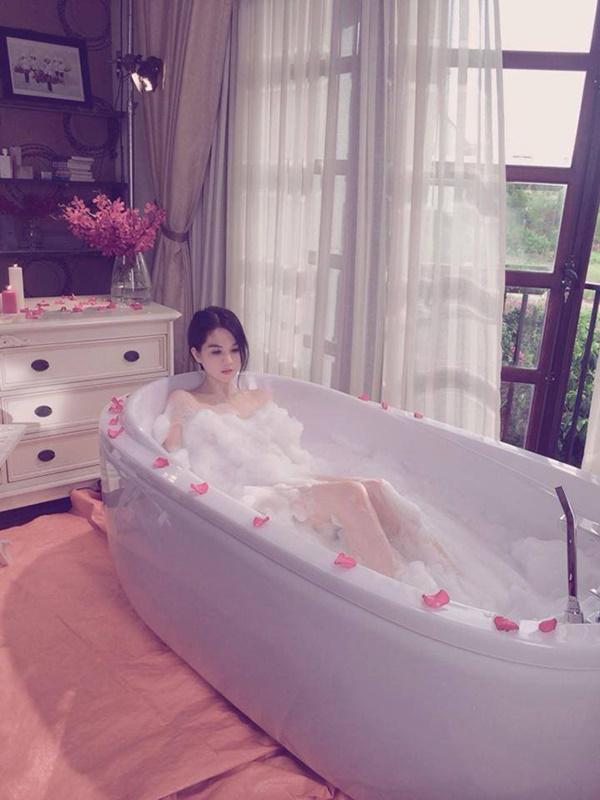 1001 kiểu khoe tắm bồn của các mỹ nhân Việt: người vẫn mặc nguyên đồ, kẻ cởi hết cho biết thế nào là gợi cảm - Hình 13
