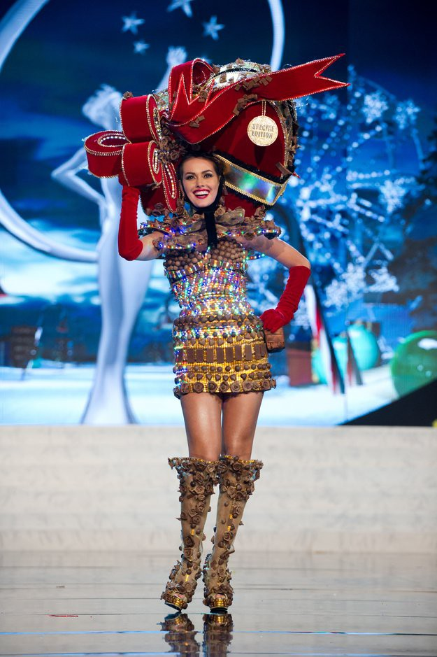 20 bộ trang phục dân tộc lạ kỳ... hài hước đến khó tin - Hình 1