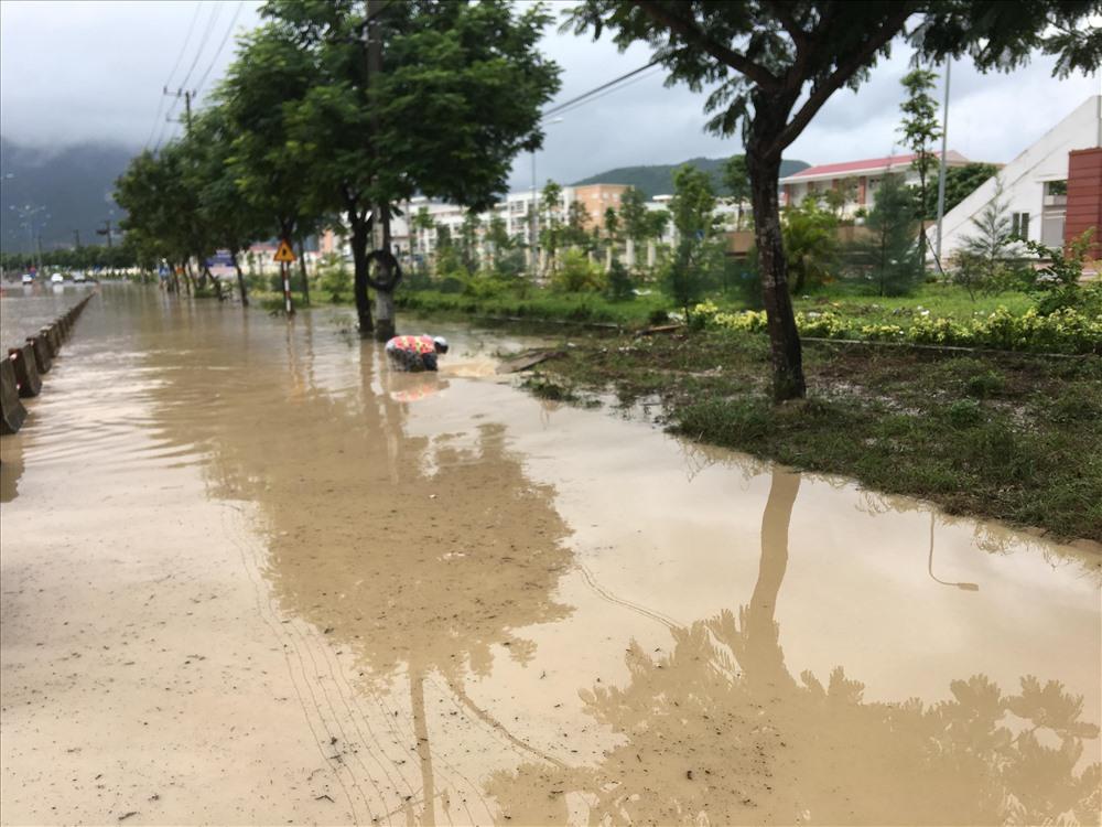 Bão số 9 đổ bộ: Khánh Hòa khắp nơi sạt lở, tắc đường, ngập cục bộ - Hình 2