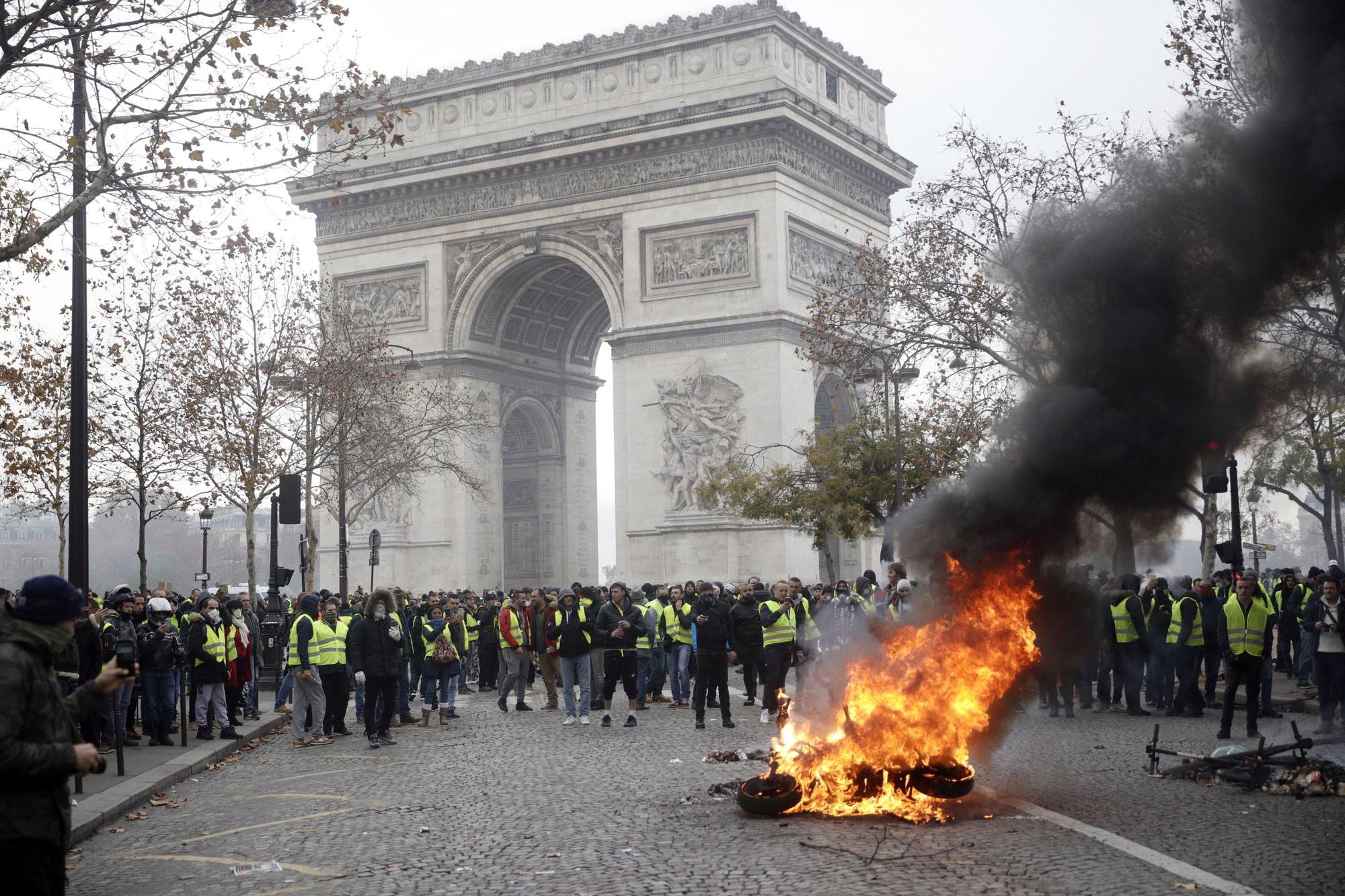 Cảnh sát Paris dùng vòi rồng, lựu đạn cay trấn áp người biểu tình - Hình 3