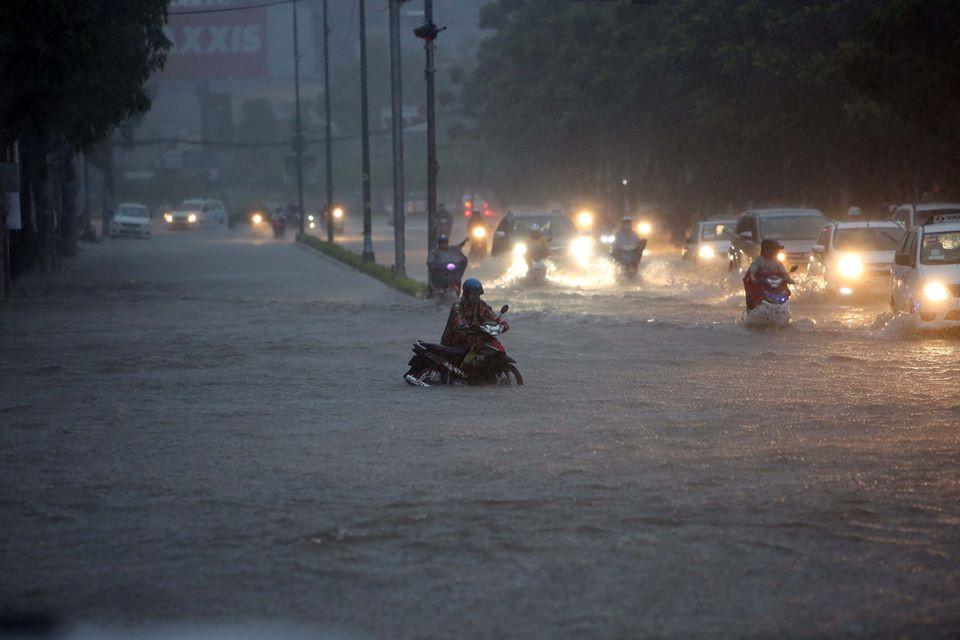 [CHÙM ẢNH] Sài Gòn ngày bão quét - Hình 4