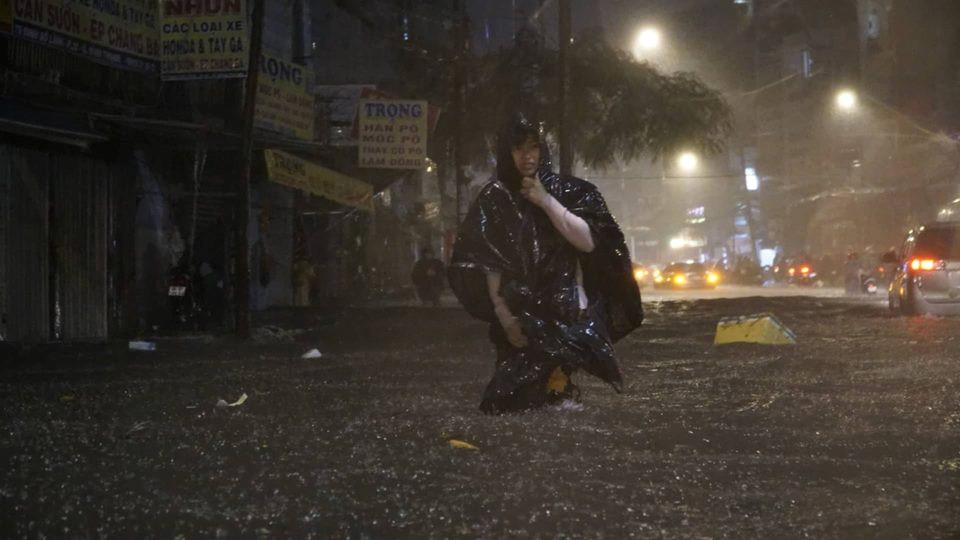 [CHÙM ẢNH] Sài Gòn ngày bão quét - Hình 20