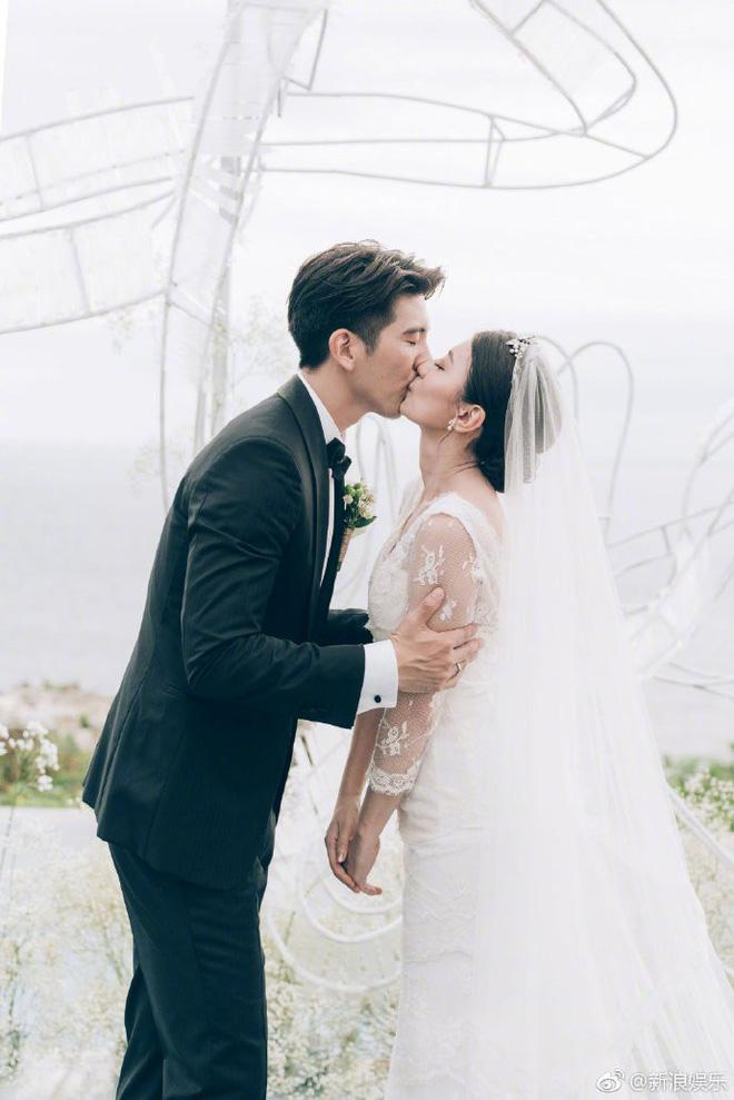 Đám cưới kín đáo của Triệu Mẫn Giả Tịnh Văn: Cô dâu hôn đắm đuối chú rể kém 9 tuổi bên 3 cô con gái - Hình 3