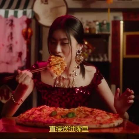 Giữa tâm điểm Dolce & Gabbana bị tẩy chay, cảnh phim Xa Thi Mạn ăn pizza bằng đũa được netizen Trung đào mộ - Hình 1