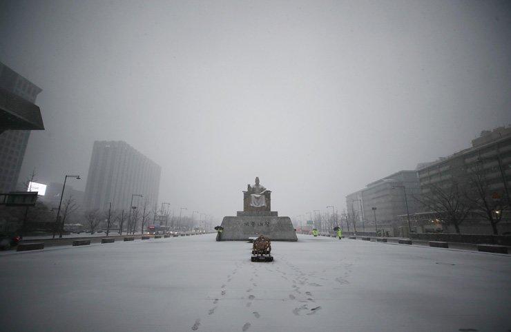 Hàn Quốc: Chùm ảnh tuyết rơi đầu mùa dày kỷ lục trong gần 40 năm qua - Hình 1