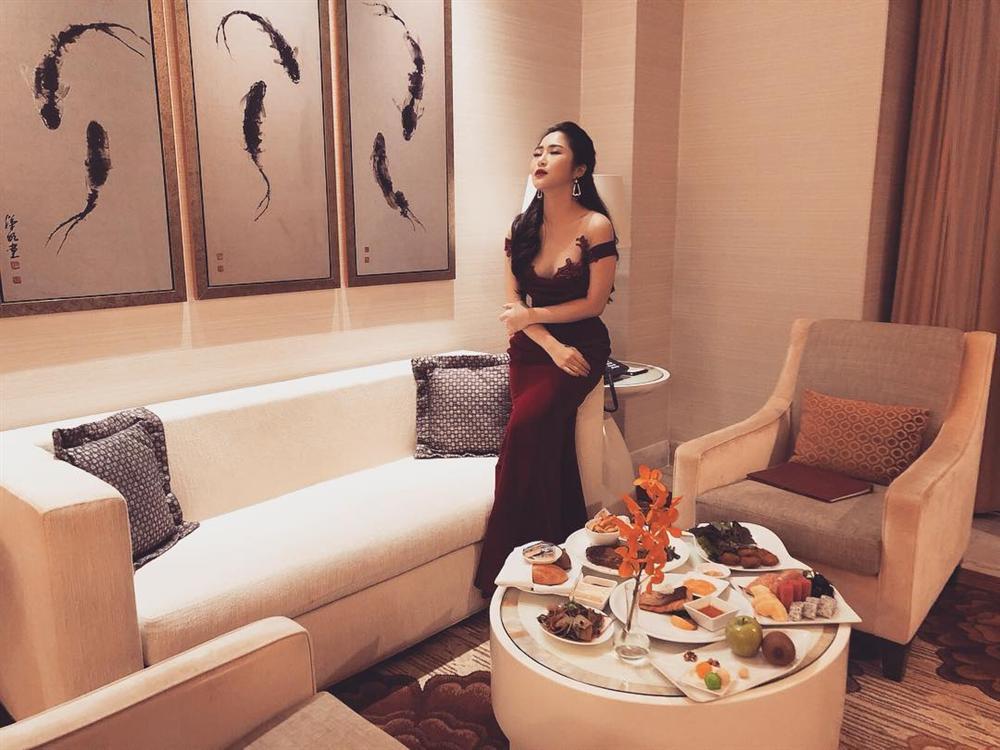 Hồ Ngọc Hà sánh đôi bên người tình Kim Lý điên đảo shoping mừng sinh nhật lần thứ 35 - Hình 3
