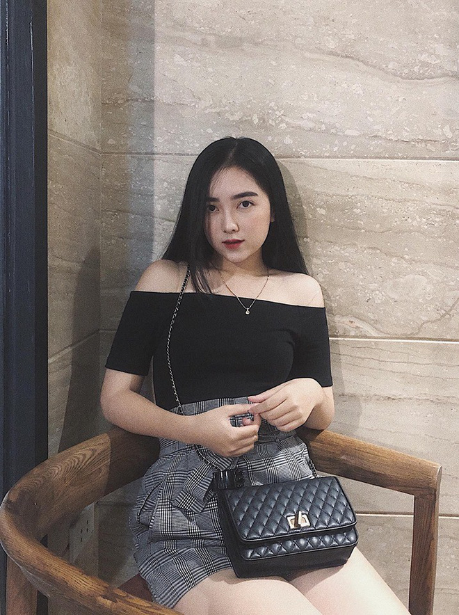 Lộ hình ảnh Hà Đức Chinh diện áo đôi, nắm tay một cô gái trên phố - Hình 7