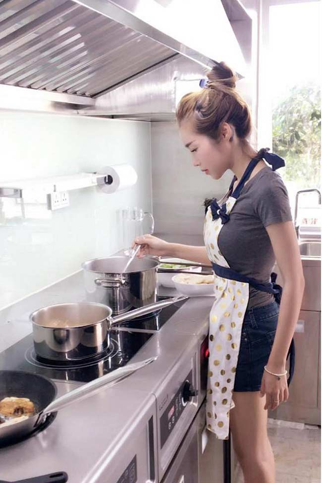 Mặc đồ siêu gợi cảm ngay cả khi vào bếp, mấy ai qua mặt được Elly Trần? - Hình 4