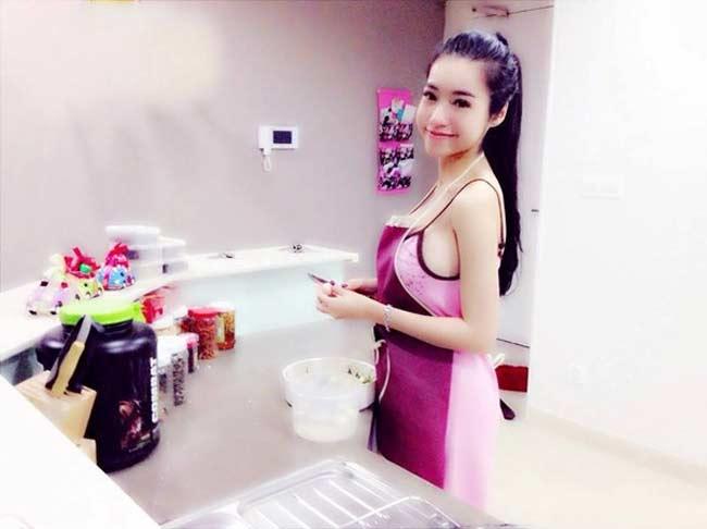 Mặc đồ siêu gợi cảm ngay cả khi vào bếp, mấy ai qua mặt được Elly Trần? - Hình 8