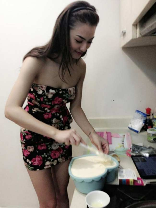 Mặc đồ siêu gợi cảm ngay cả khi vào bếp, mấy ai qua mặt được Elly Trần? - Hình 13