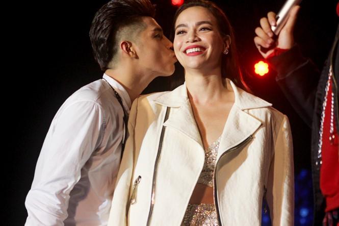 Phản ứng dễ thương của ca sĩ Vpop khi được đồng nghiệp dành tặng nụ hôn bất ngờ trên sân khấu - Hình 1