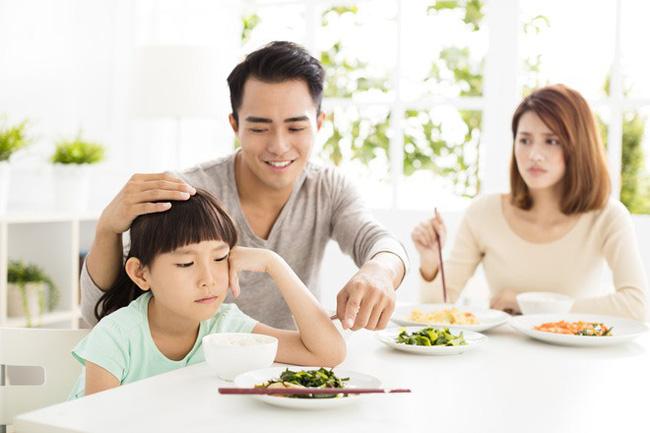Việc nên và không nên làm với con khi ăn uống, tưởng đơn giản nhưng không phải ai cũng biết - Hình 1