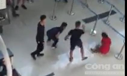 Vụ đánh nữ nhân viên hàng không: Khởi tố con trai nguyên Chủ tịch UBND huyện Thọ Xuân - Hình 1