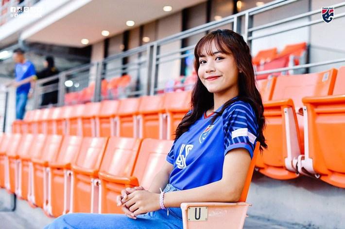 Điên tiết vì đội tuyển Việt Nam có quá nhiều gái xinh, toàn Đông Nam Á thi nhau khoe ảnh hot girl cổ vũ bóng đá - Hình 6