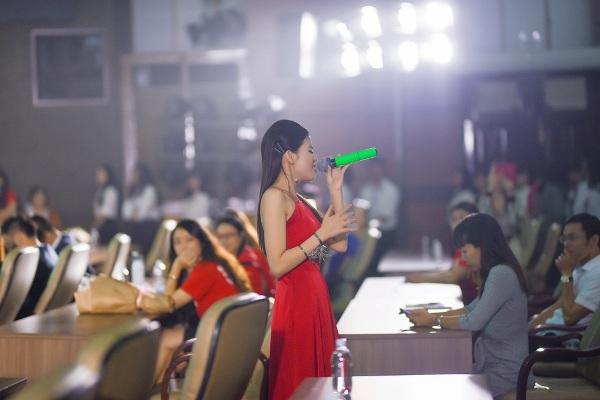 Hát lại ca khúc làm nên danh hiệu cô gái triệu view, Quán quân The Voice được đông đảo sinh viên cổ vũ nhiệt tình - Hình 2