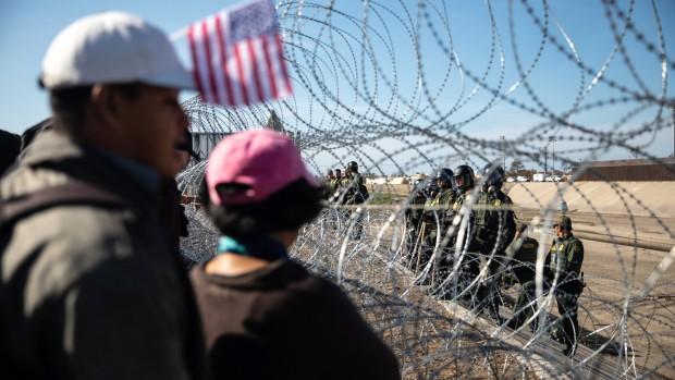 Mỹ điều thêm quân đội ngăn dòng người di cư tràn qua biên giới với Mexico - Hình 2