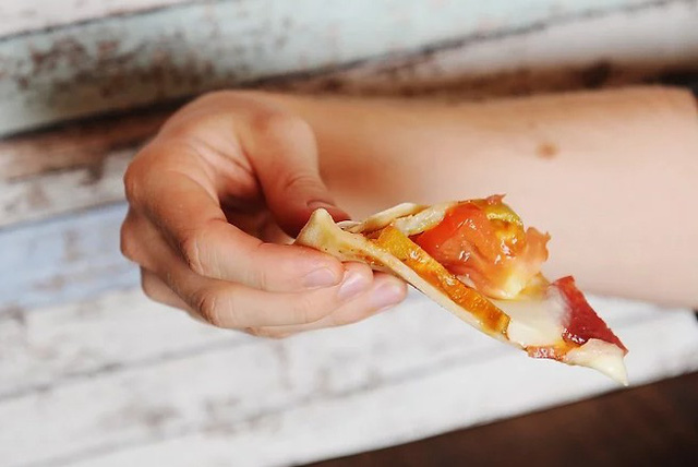 Những cách ăn pizza chuẩn, tránh bị quê chốn đông người - Hình 6