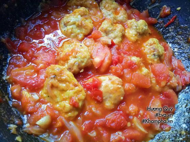 Tự làm chả cá sốt cà chua dai ngon, đậm đà nóng hổi cho ngày lạnh - Hình 4