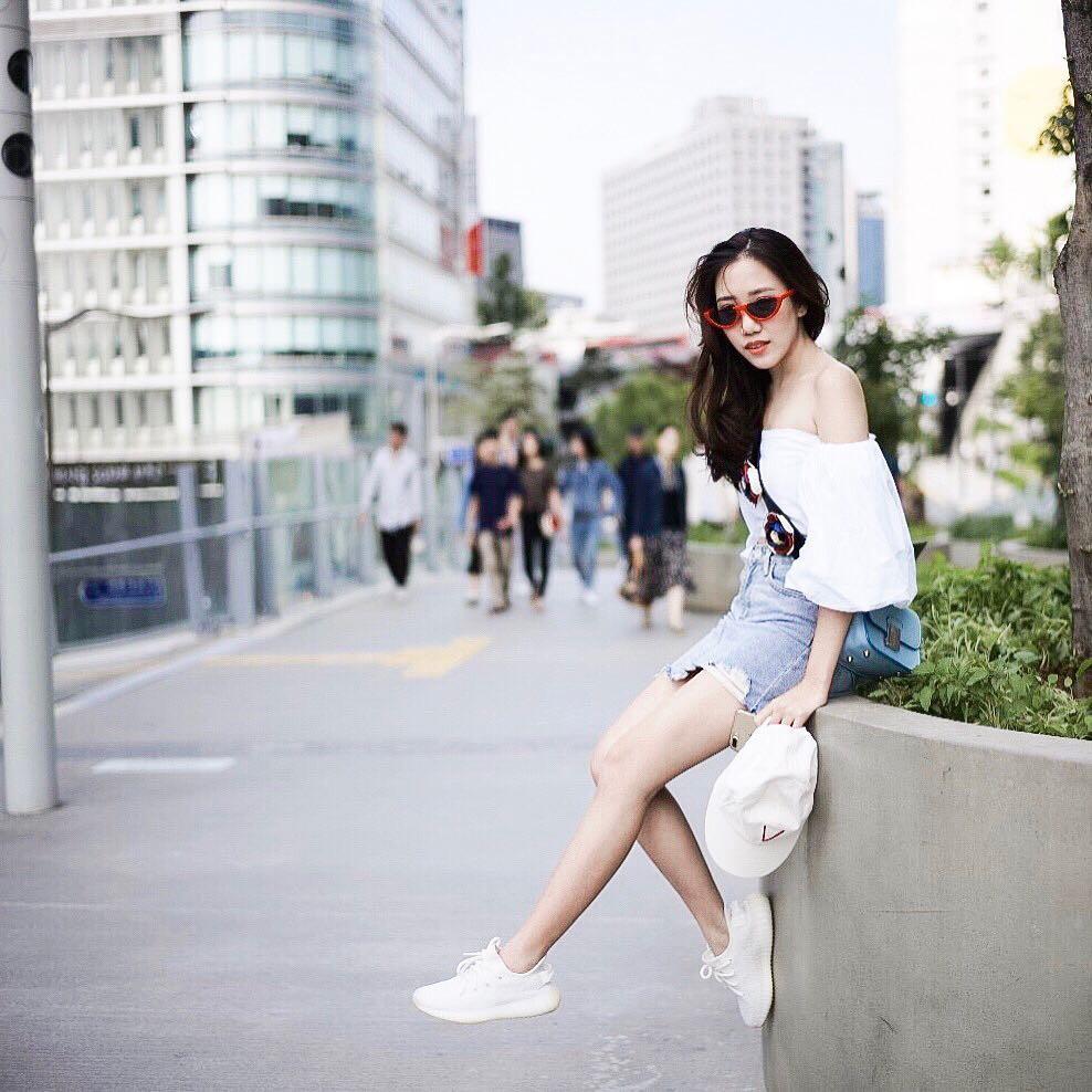 20 gợi ý cho thấy sneakers trắng chính là đôi giày thiên biến vạn hóa đẹp quên sầu với đủ mọi set đồ - Hình 8