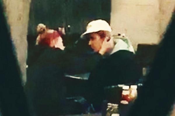 Justin Bieber lại ôm mặt khóc giữa quán bar khiến vợ sắp cưới bối rối an ủi - Hình 1