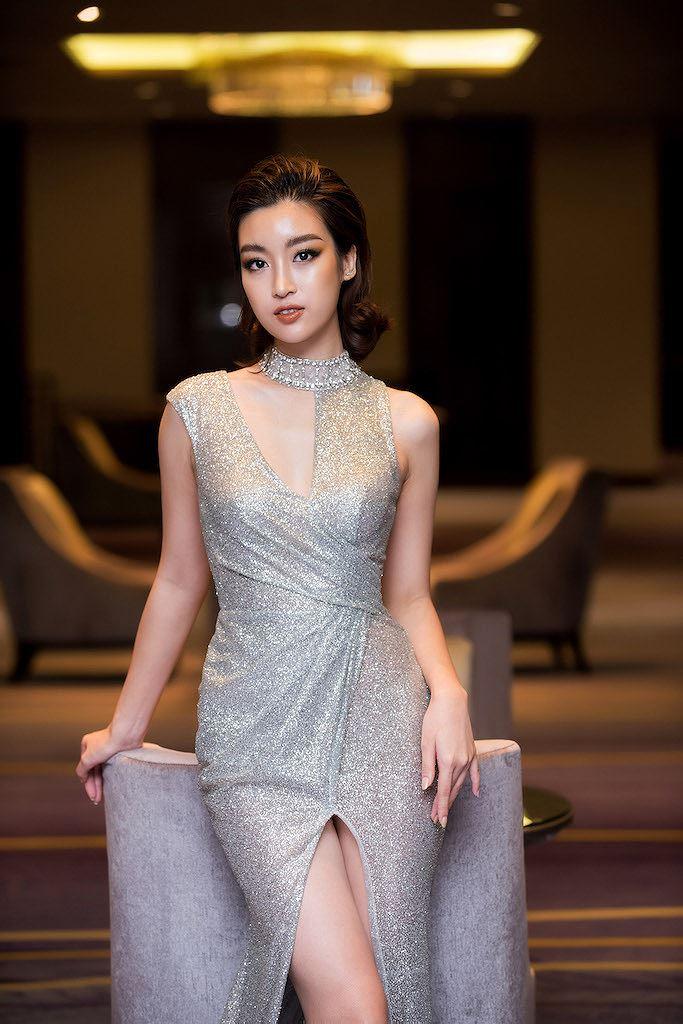 Hoa hậu Đỗ Mỹ Linh thần thái quyến rũ với váy ánh bạc cut-out táo bạo - Hình 7