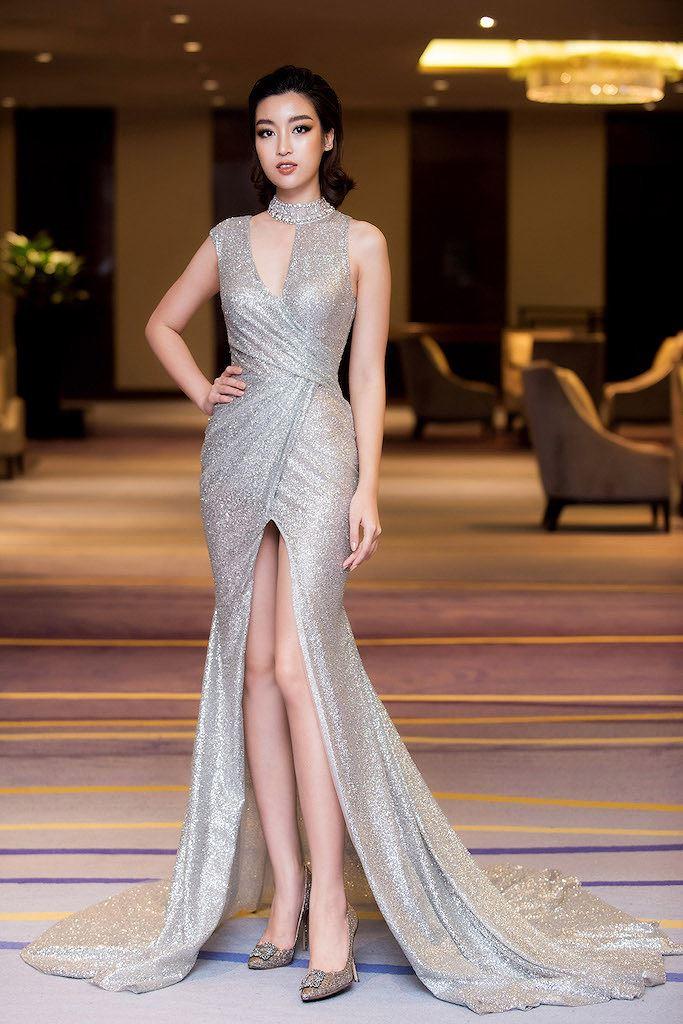 Hoa hậu Đỗ Mỹ Linh thần thái quyến rũ với váy ánh bạc cut-out táo bạo - Hình 4